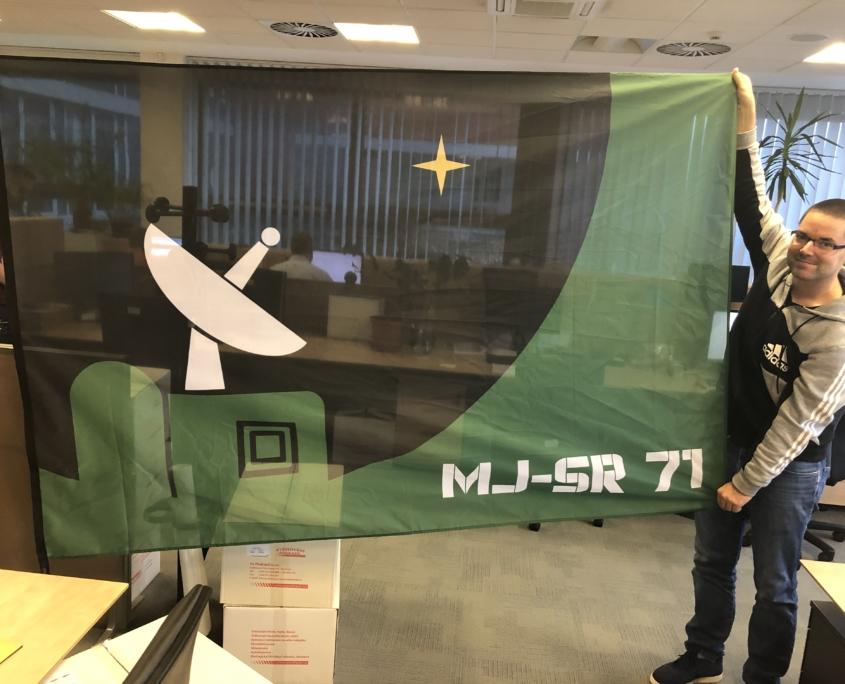 Satelitní řopík a vlajka
